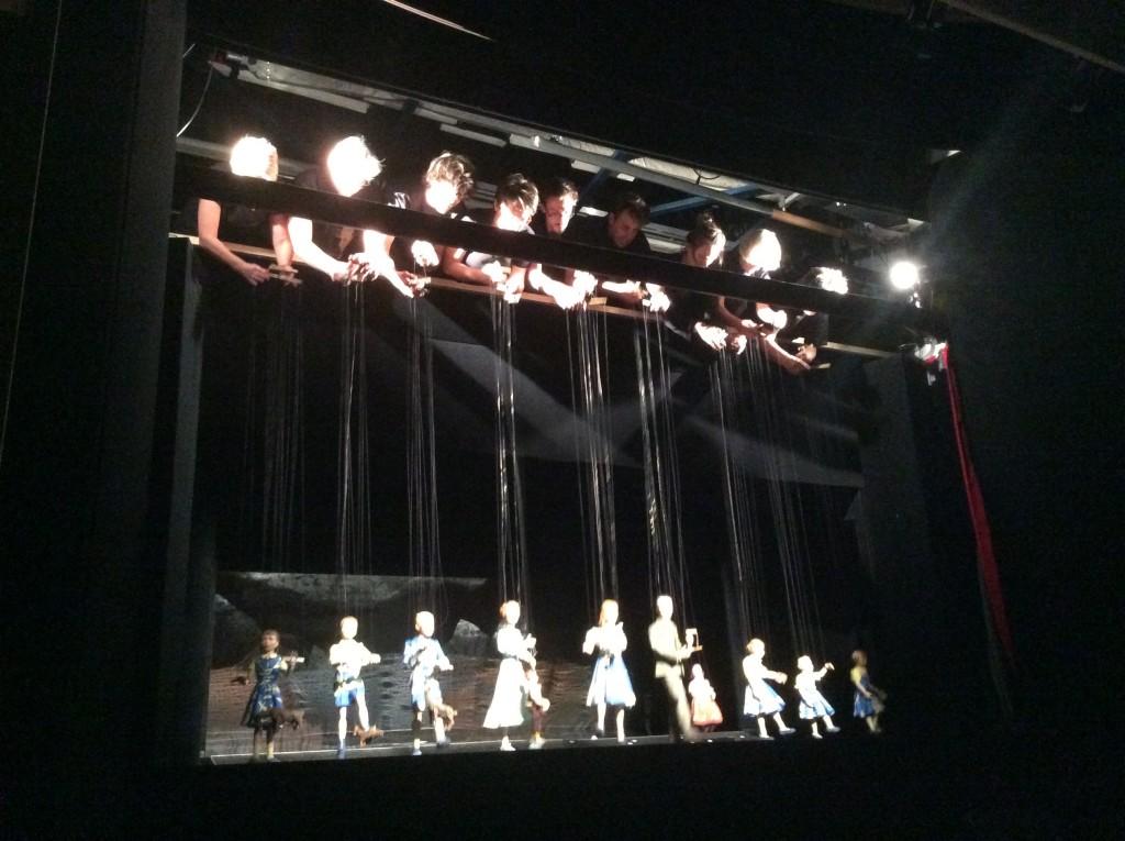 Il finale dello spettacolo con i marionettisti