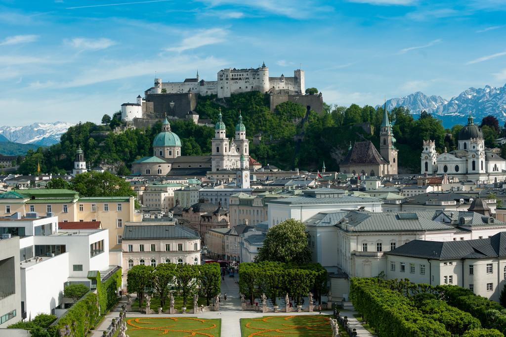 Sehenswürdigkeiten Salzburg. Blick über den Mirabellgarten auf die Altstadt.