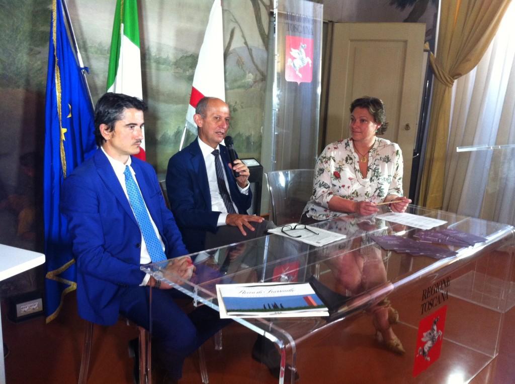 Da sinistra: Pericle Pacello, responsabile marketing Rocca di Frassinello, Stefano Ciuoffo, assessore regionale al turismo, Cristina Leone, presidente Melodia del Vino