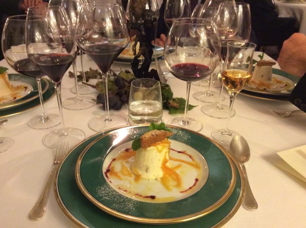 Il dessert e i quattro vini serviti nel corso della serata gourmet